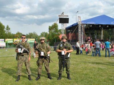 Wolontariusze w mundurach