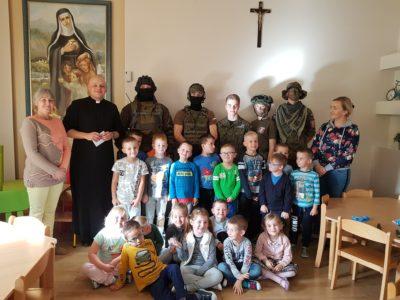 Uczniowie klas wojskowych z wizytą w przedszkolu